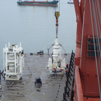 Loading drilling equipment onto Barge